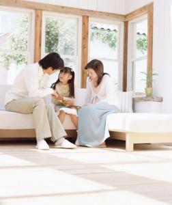 消臭後の居間での家族団欒画像