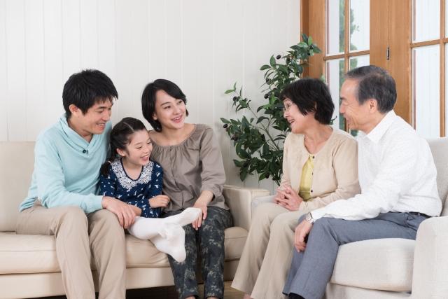 オゾン消臭で楽しく団欒する家族の画像
